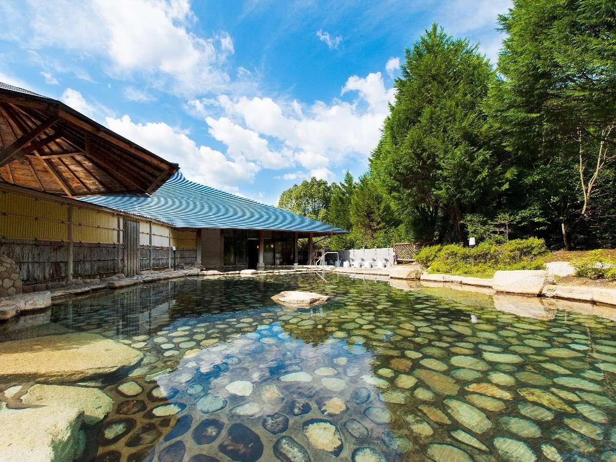 【源泉かけ流し大露天風呂】男女合わせて11の浴槽があり一度に500名が入浴可。利用時間6:00~22:00