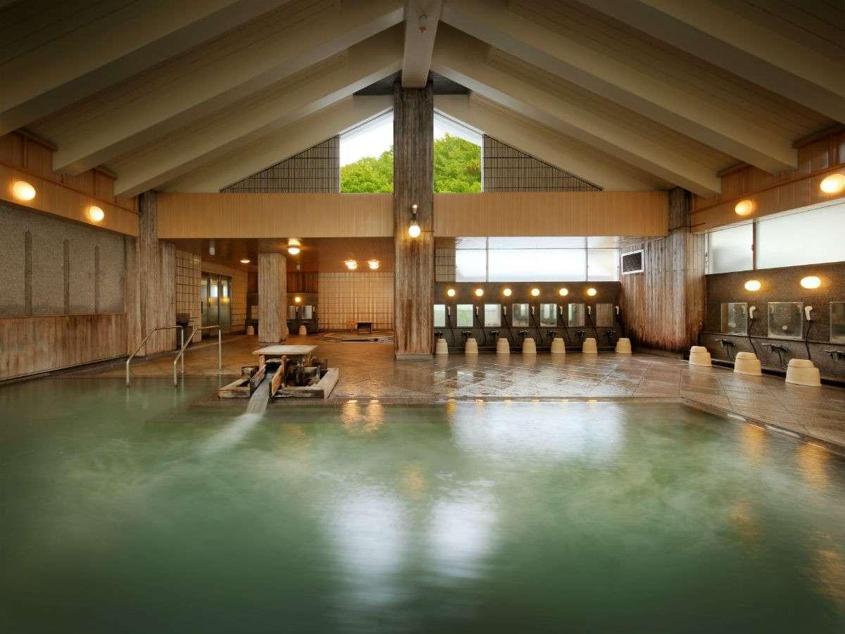 男性用大浴場『源蔵の湯』。400年の歴史ある当館の温泉をのんびりとお楽しみください