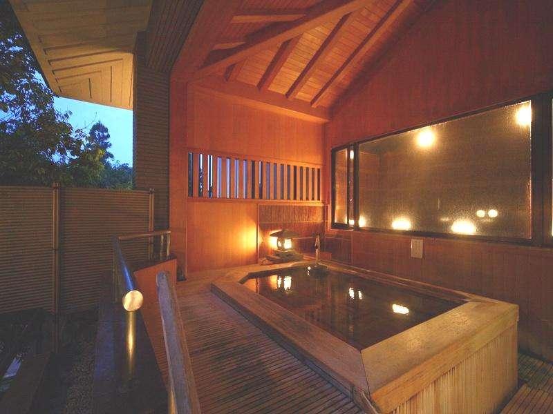 ■檜の露天風呂■檜の香りと四季折々の自然に癒されます。