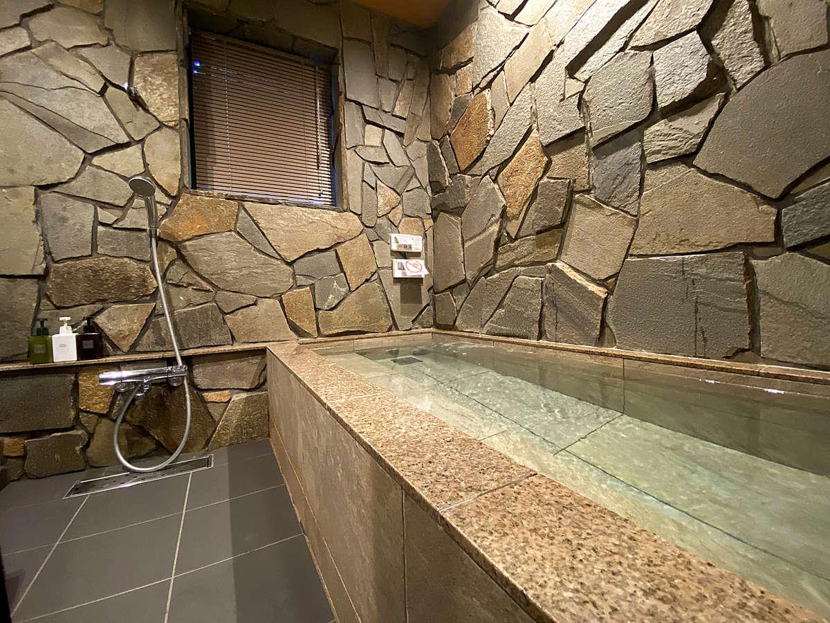 客室専用の岩風呂があります。24時間いつでもご入浴いただけます。