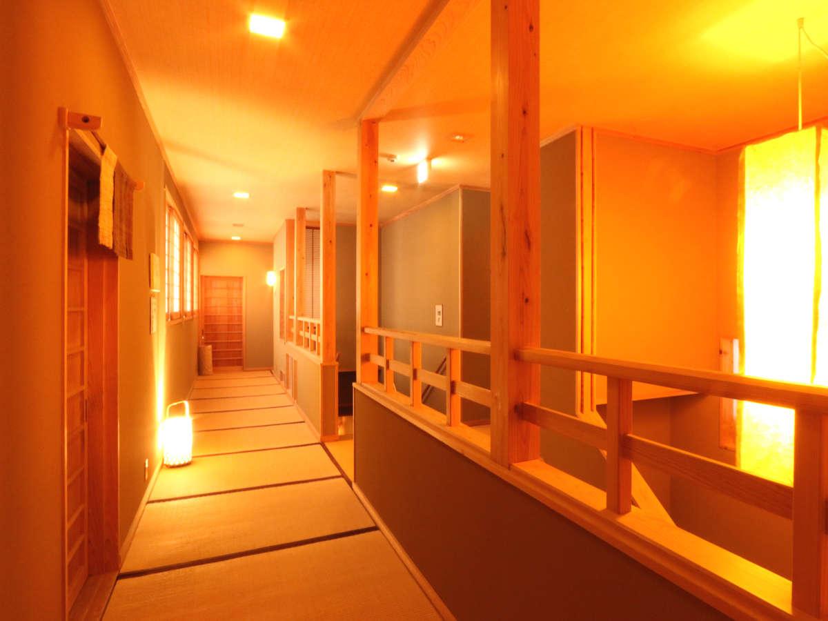 【館内廊下】和の風情あふれる『畳廊下』灯篭で温かみのある空間を演出♪