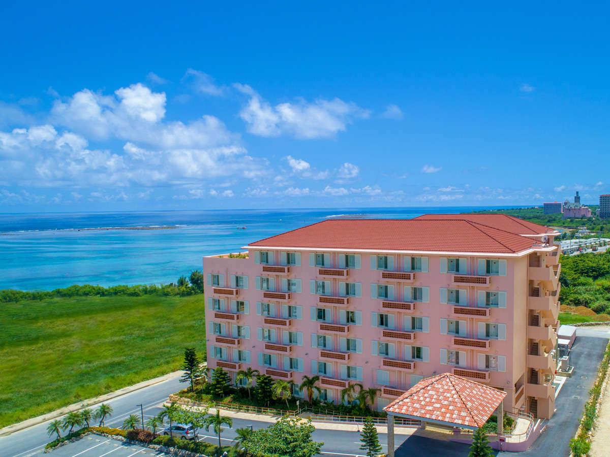 【ウィンズ館 / 外観】ホテルの目の前に海が広がるロケーション。