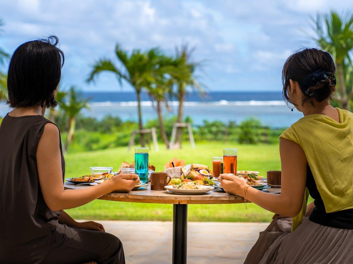 【サンセット館/朝食】「旅する朝食」がテーマ。天気が良い日はテラスで朝食がおすすめです。