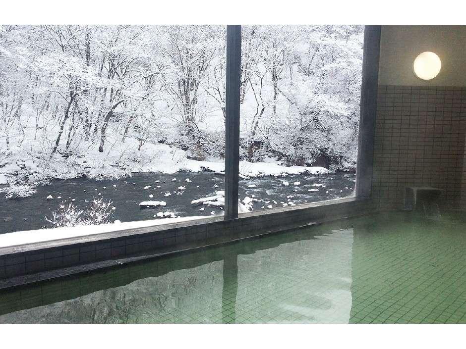 夏油川と白く染まった木々が美しい冬