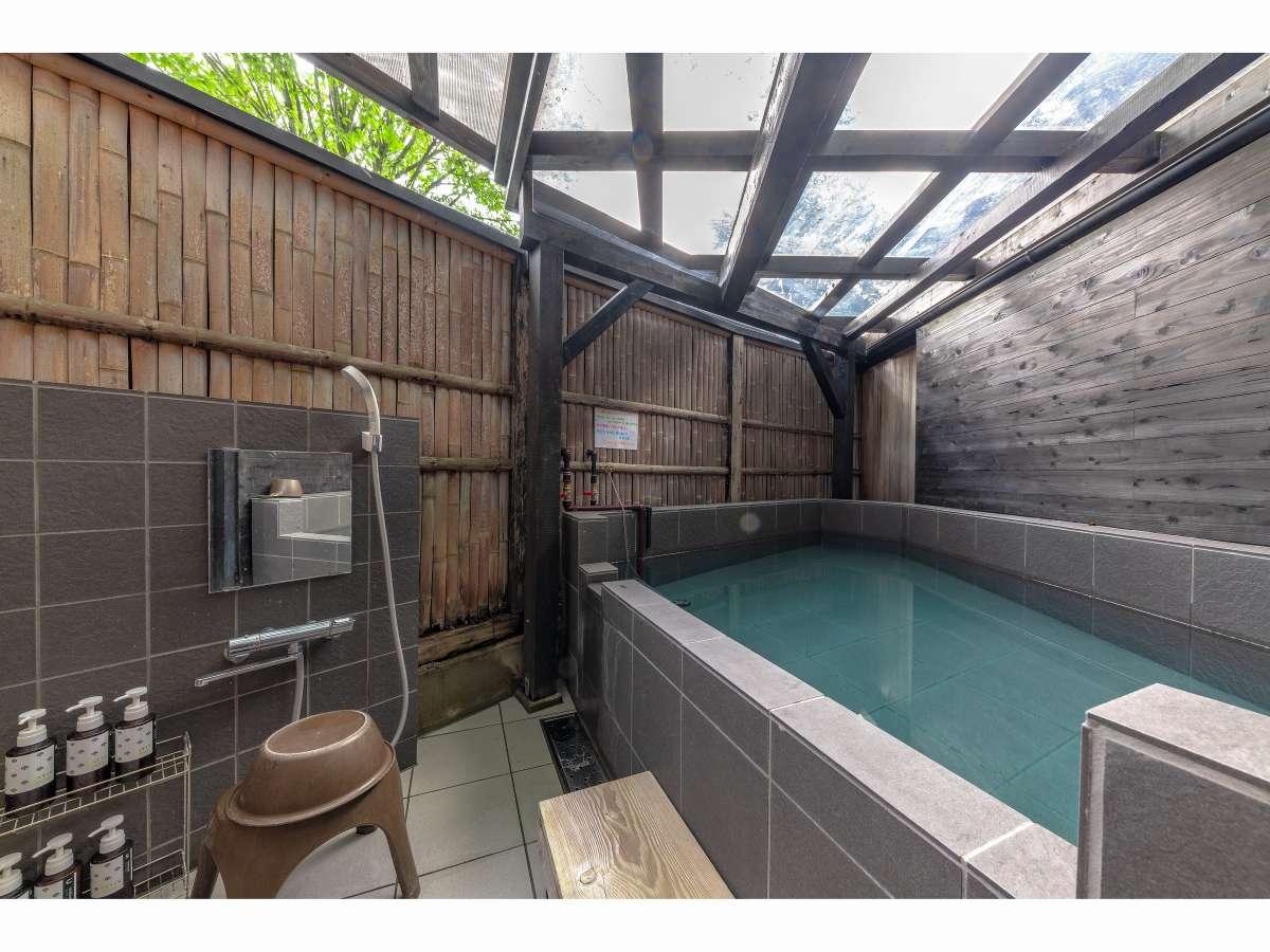 新設の源泉かけ流し露天風呂です!湯布院温泉を満喫できます。