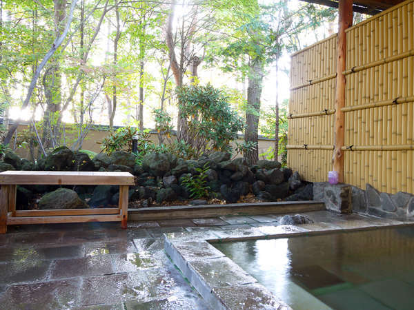 露天風呂 自然に囲まれた自慢の露天風呂!草津温泉源泉かけ流し、チェックイン後~翌朝9時入浴OKです♪