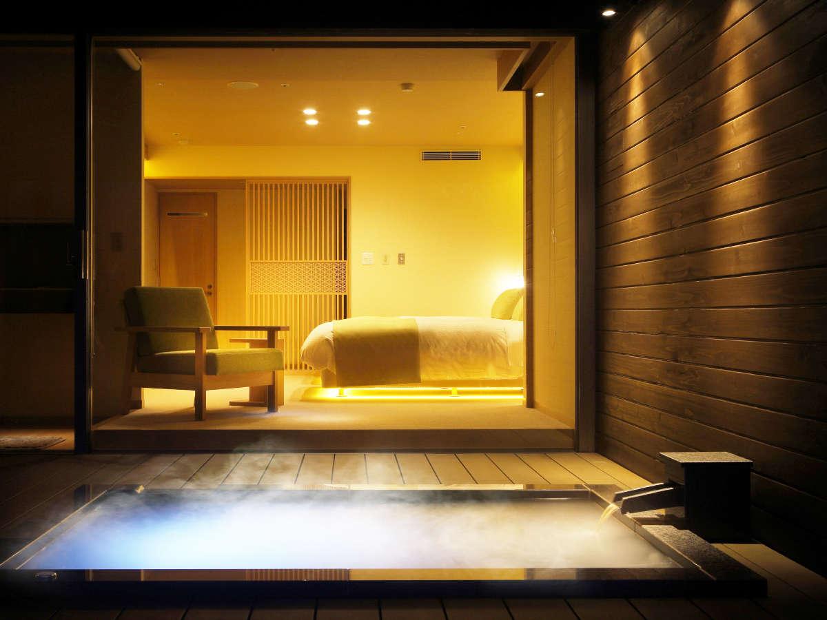 『春霞-しゅんか-』露天風呂より眺めたお部屋の様子。幻想的な光と共に