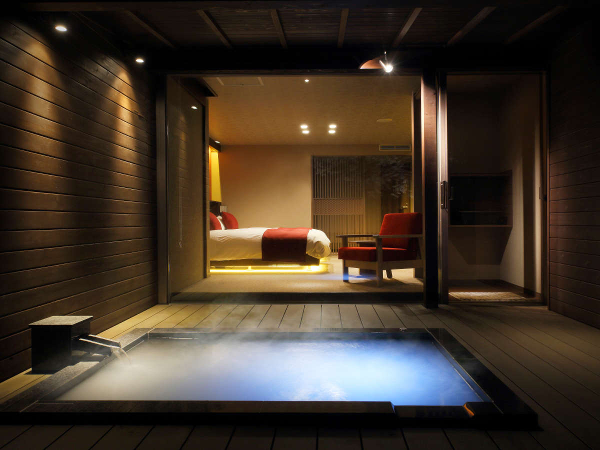 『深秋-しんしゅう-』露天風呂より眺めたお部屋の様子。幻想的な光と共に