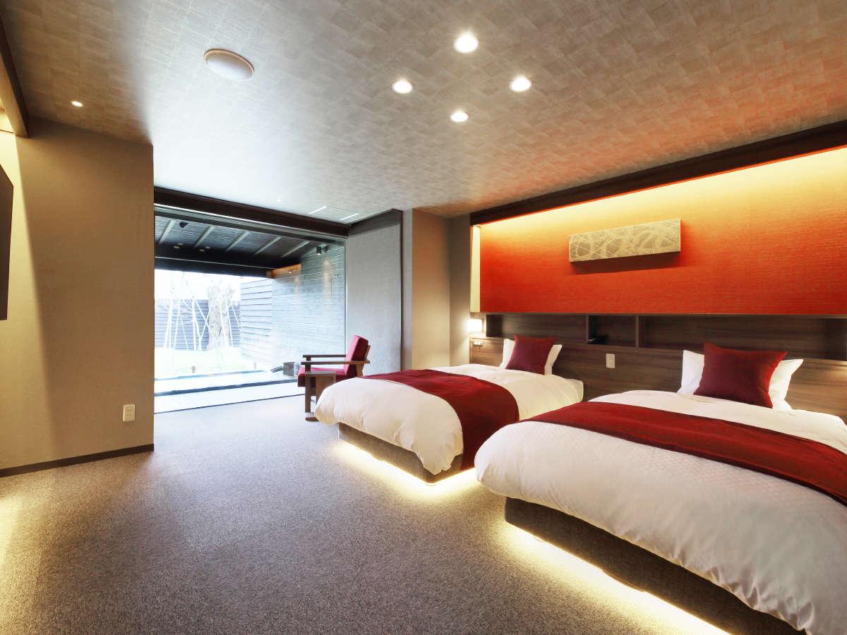 『深秋-しんしゅう-』ベッドルームには個別に調光できるライトやコンセント。他、50インチの4Kテレビ