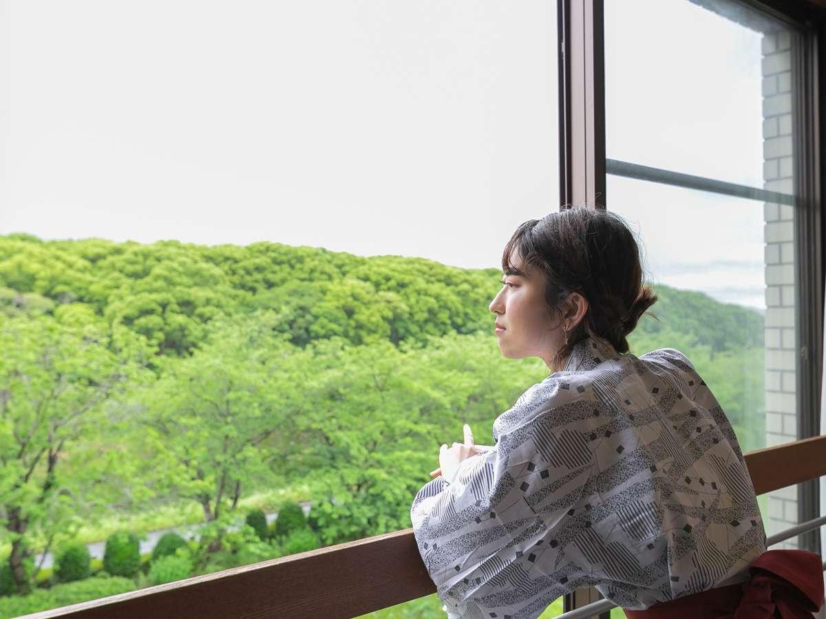 窓の外には、矢部川のせせらぎの音。 大楠林から聞こえる野鳥の声が、 お客さまの心を癒してくれます。