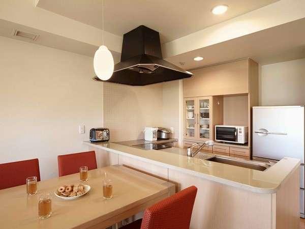 対面式のキッチンには大型冷蔵庫や炊飯器、オーブンレンジ、食器洗浄乾燥器など各種調理器具を完備。