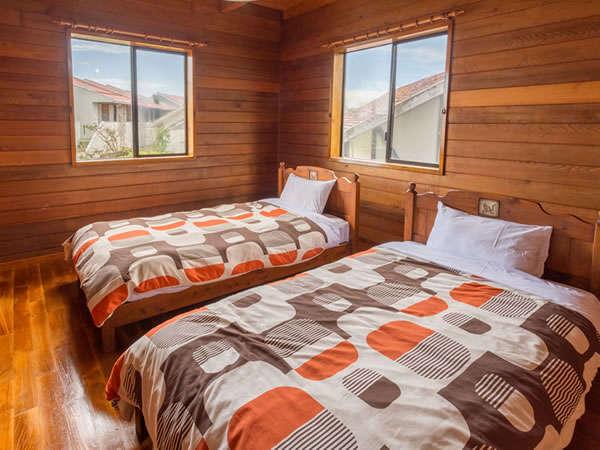 2階洋室ツインベッドルーム、他にお布団で8名、1階にはキッチンがあり大人数での宿泊に最適です。