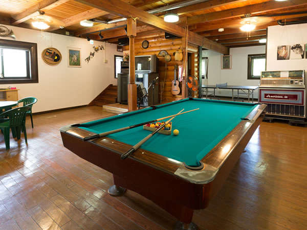 地下フロアのプレイングルーム。ビリヤード・卓球・カラオケなどグループで過ごす時間をお楽しみください