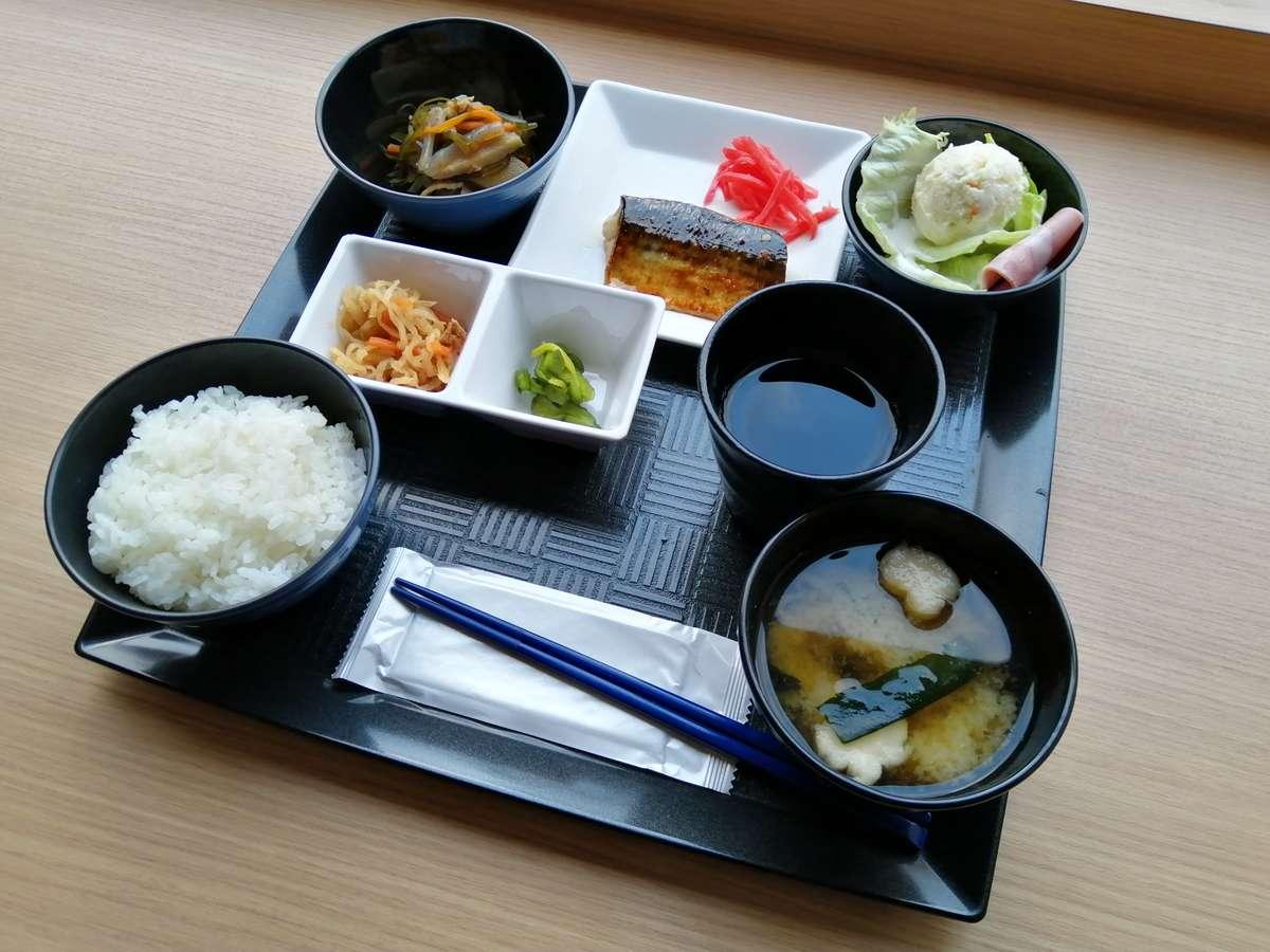 1階レストランにて和定食をご用意しております。