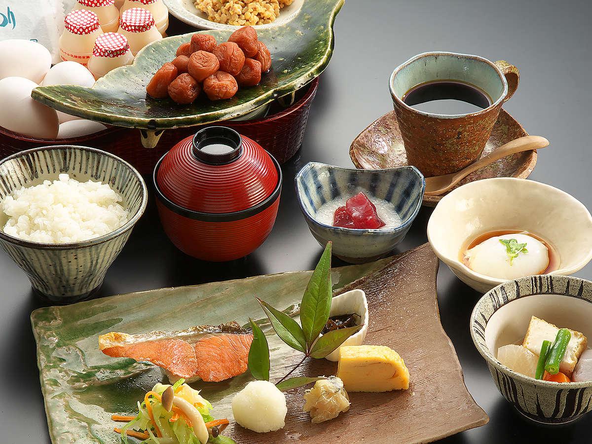 【こだわりの朝食:和定食】生魚から焼いた(鮭)ぼだっこ。手作りの煮物はおふくろの味を思い出します。