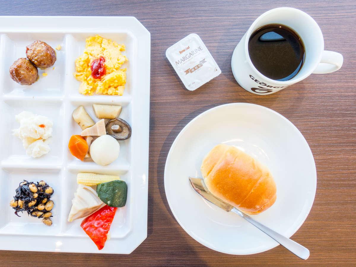 一日のはじまりは朝食から。 バイキング形式で無料にてご自由にお召し上がりください。
