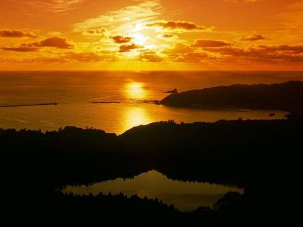 八望台から望む戸賀湾の夕日