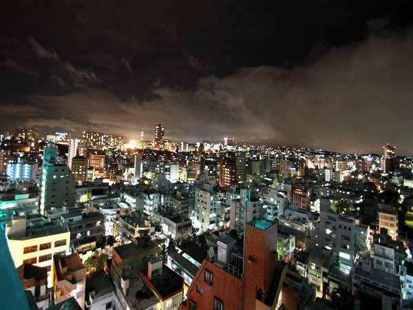 ホテルから望む那覇市の夜景。