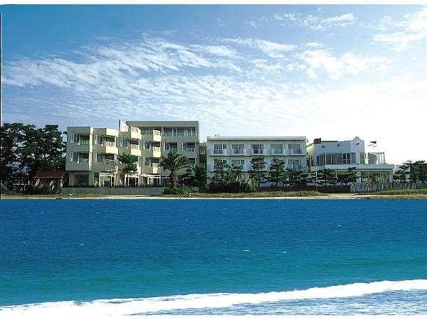 海からのホテル外観。目の前は唐津湾。潮騒が心地よく響きます。