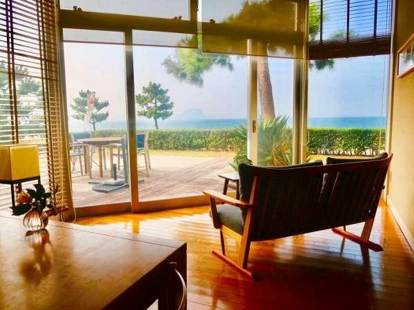 【ラウンジ】唐津湾を眺めながら、ゆったりとした時間を過ごす贅沢。