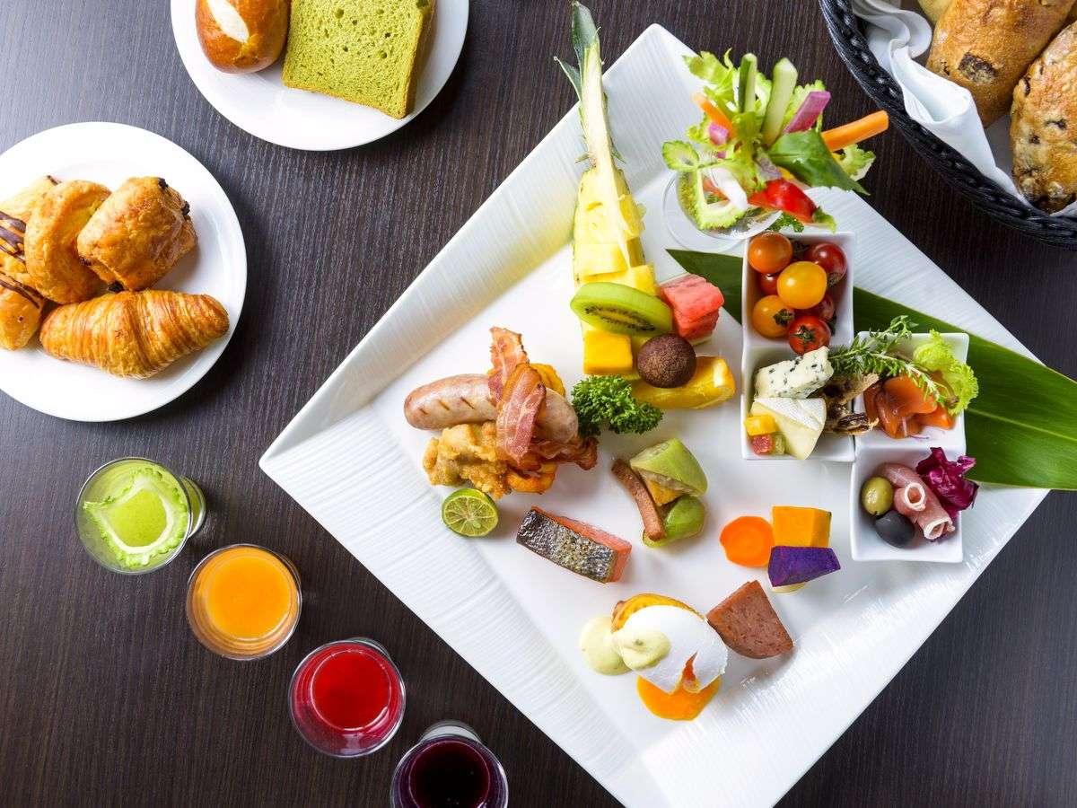 シェフ自ら厳選した食材からなるビュッフェ朝食。ホテルオリジナルのエッグベネディクトが今おすすめ。