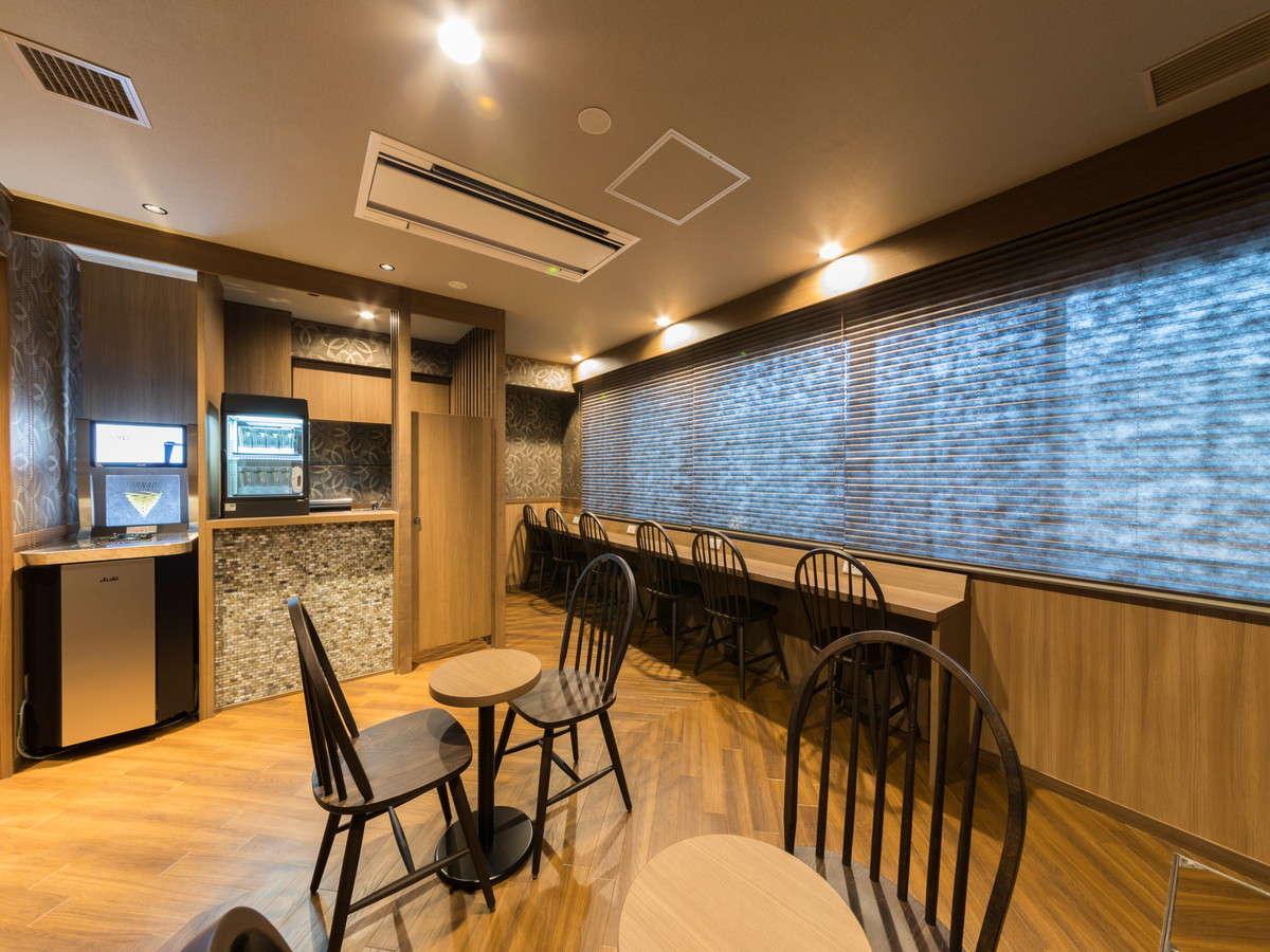 ◆湯上り処SoLa ドーミー文庫も勢揃い!約600冊ご準備♪ 窓からは松山城を一望できます