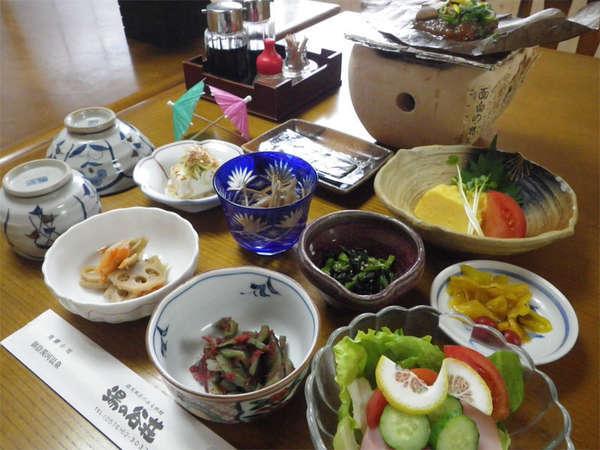 【ご朝食例】品数が多めの和朝食でございます。