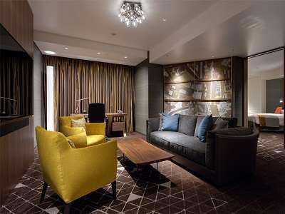92.8平米のスイートルーム。ベッドルームとリビングルームに分かれ、贅沢なステイをお約束いたします。