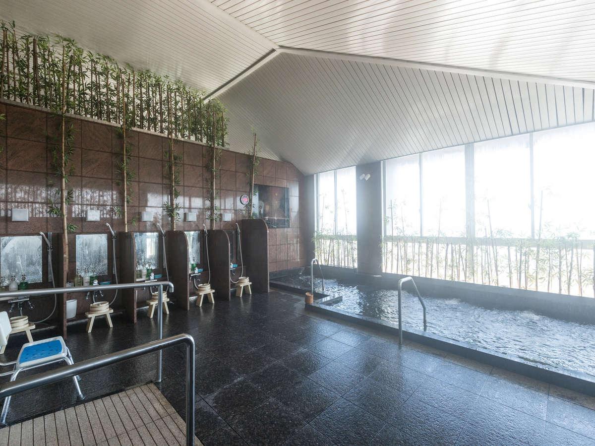 【熊野灘を望む大浴場】当館敷地内から湧き出した自家源泉・熊野温泉