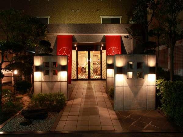 外観「京都駅」より市バスで「祇園」下車徒歩2分。京阪電車「祇園四条駅」より徒歩3分。
