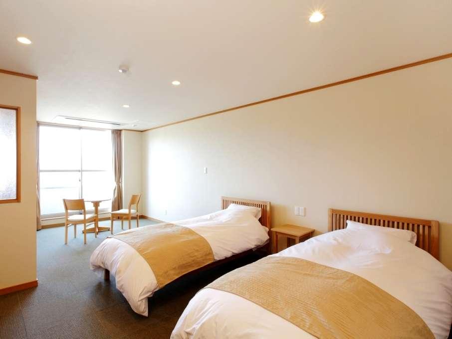 シンプルで清潔感あふれるインテリアの客室。館内の一部にはコネクトルームもございます(ご予約制)