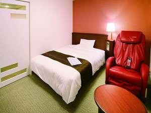 リラックスダブル(例)。お部屋にマッサージチェアがあり、疲れた体をほぐしてくれる