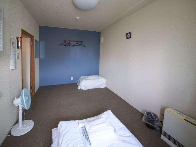 8帖の部屋です。全室レンジ・冷蔵庫・ポット・冷房、扇風機をご用意しております