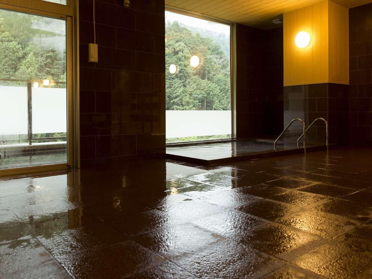 大浴場;内湯は新たに自家源泉を導入♪渓谷に面している為、一部に目隠しシールがあります。