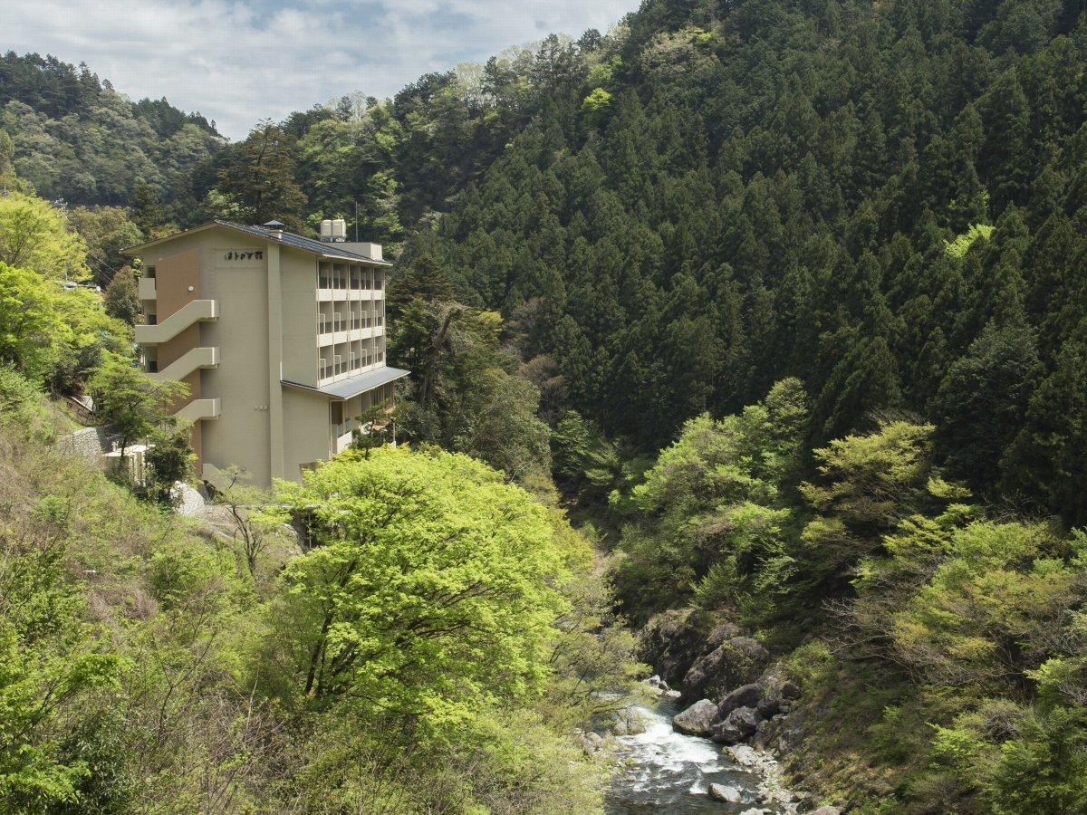 施設遠景、深い谷間に刻まれた鳩ノ巣渓谷(多摩川)を見下ろす立地