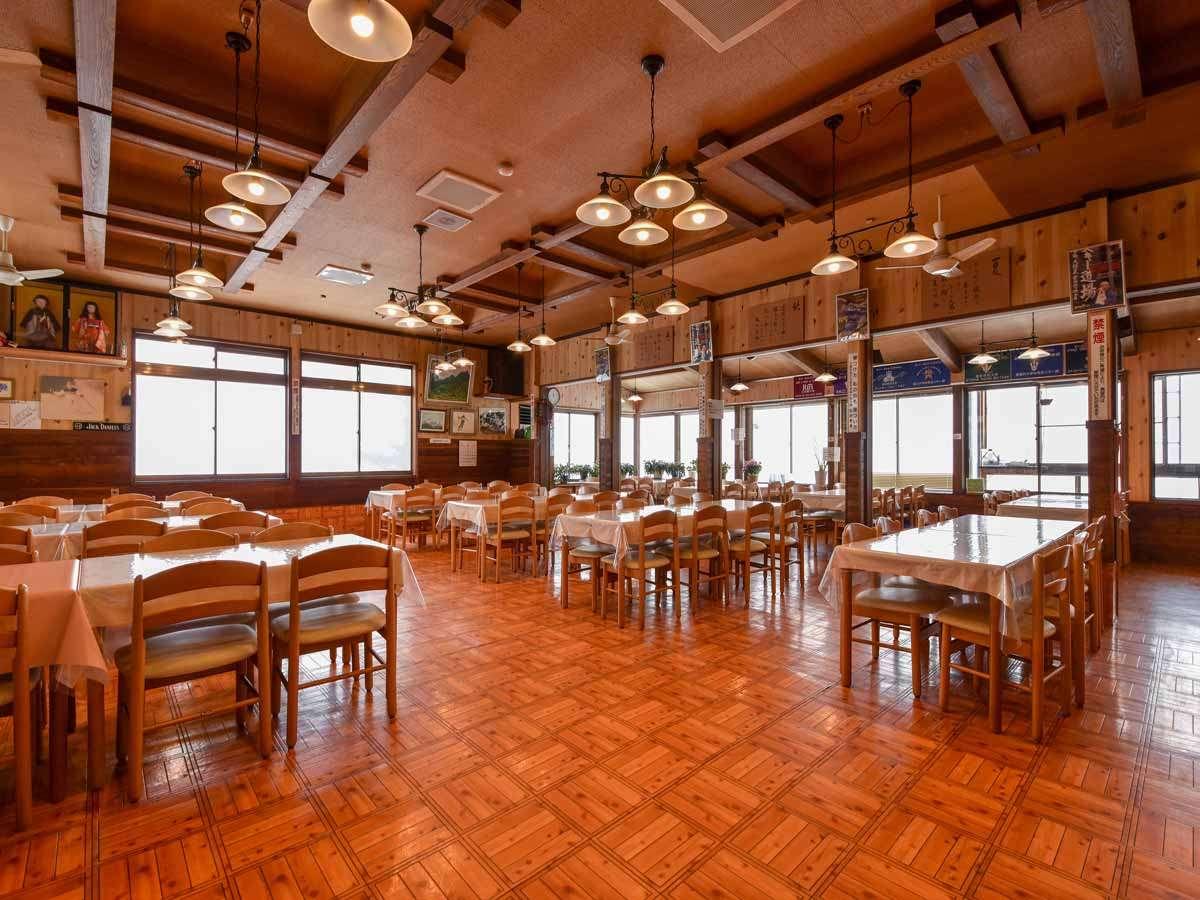 *食事処/眺望バツグン◎ウッディーな雰囲気の食事処『関善渓谷』にてお食事をご用意いたします。