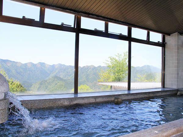 山々を一望できる男性用大浴場(プレー利用者専用)