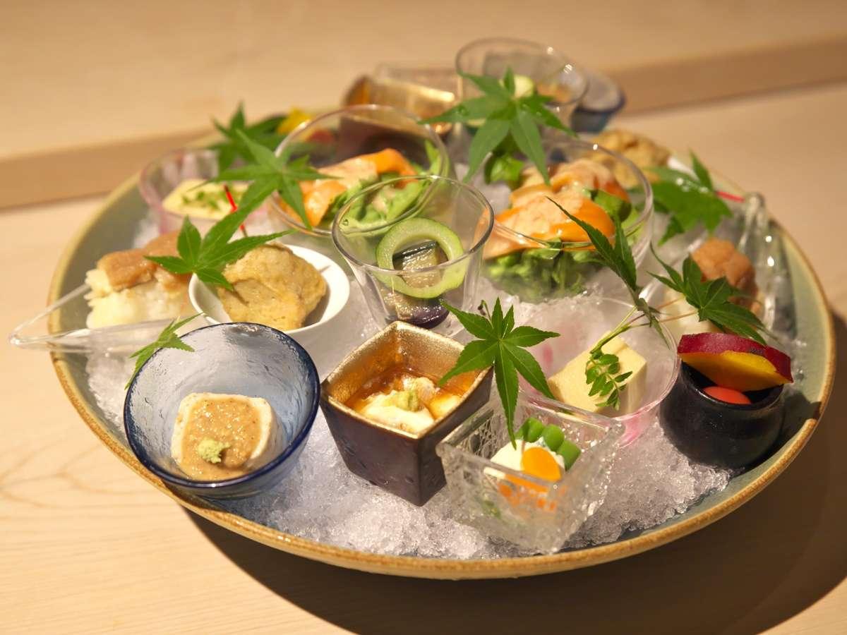 【夕食一例】所狭しと盛り付けられた色とりどりの小鉢。これから続く料理への期待を誘います。
