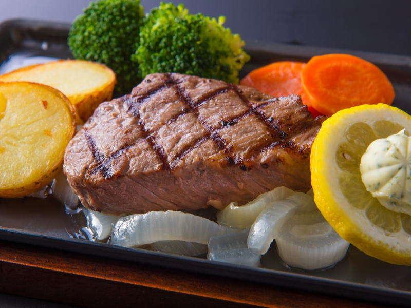 三重県が誇る松阪牛の赤身肉のステーキ