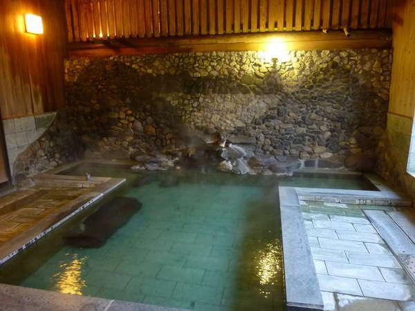 棚田の石かけのような青石造りの内湯