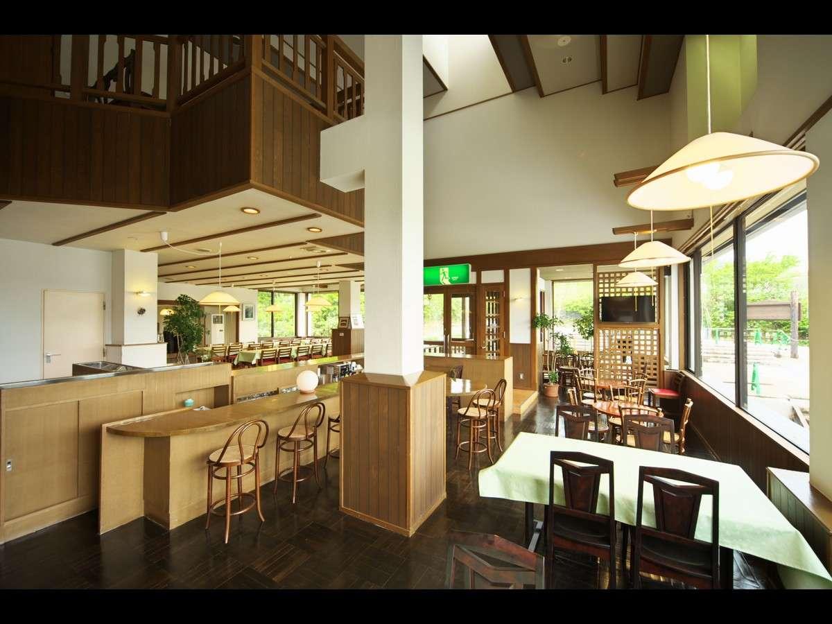 お食事はレストランでお召し上がりいただきます。営業期間中はランチタイム営業もいたしております。