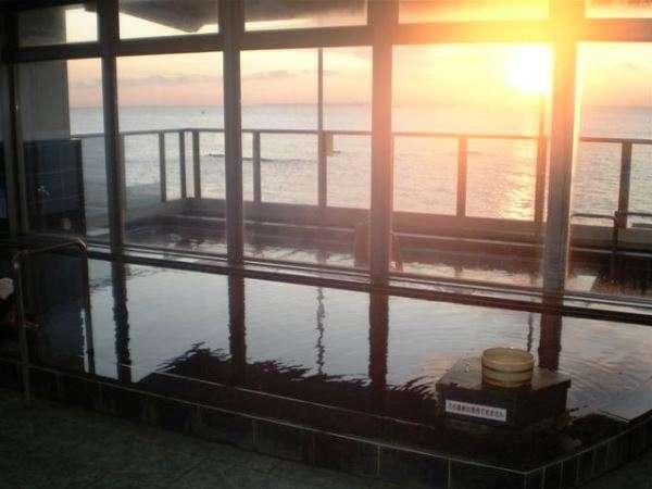 大浴場内風呂からの夕日