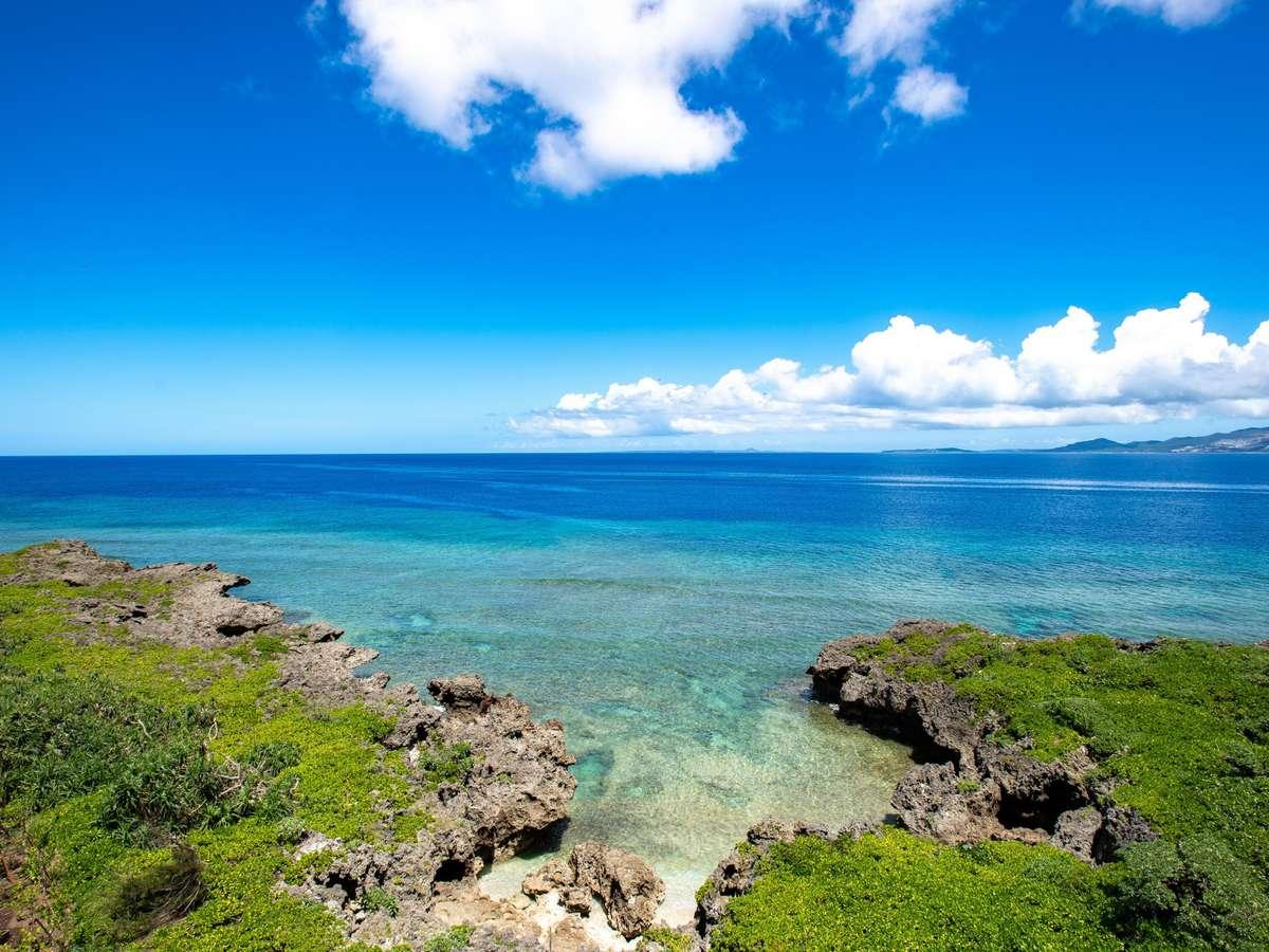 目の前には壮大な海、そして伊江島とそのシンボルである城山(伊江島タッチュー)を見ることができます。