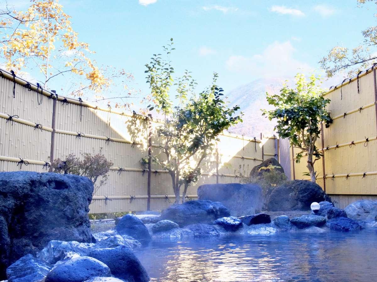 色付いた会津の山々を望める絶景露天風呂