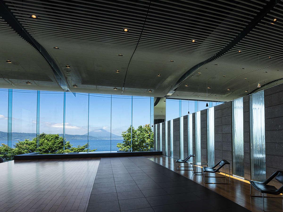 【ロビー】自然豊かな洞爺湖の絶景と爽やかな日差しを感じるロビー。