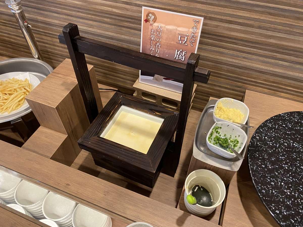 【朝食:和み】できたて豆腐。薬味に生姜・ネギもご用意しております。