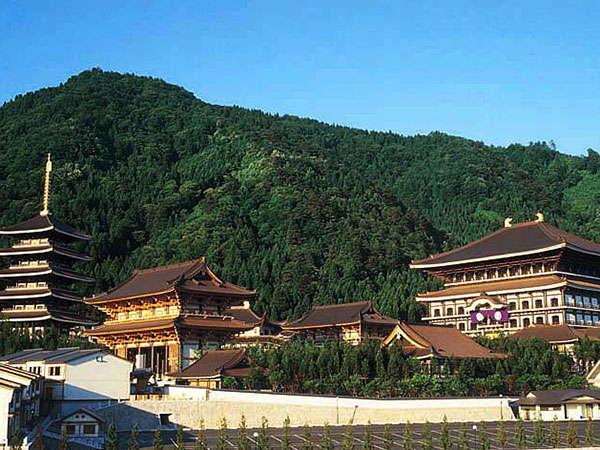 当館山側のお部屋からは越前大仏のあるお寺を眺めることができます