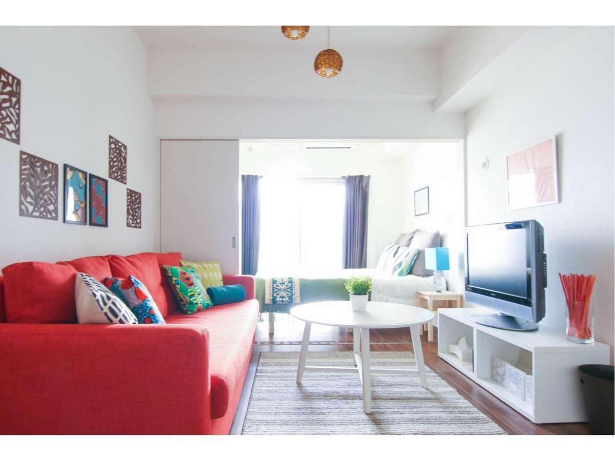 ダブル*大きなソファーベッドにゆったり座り、大画面テレビを楽しめます。(部屋の指定はできかねます)