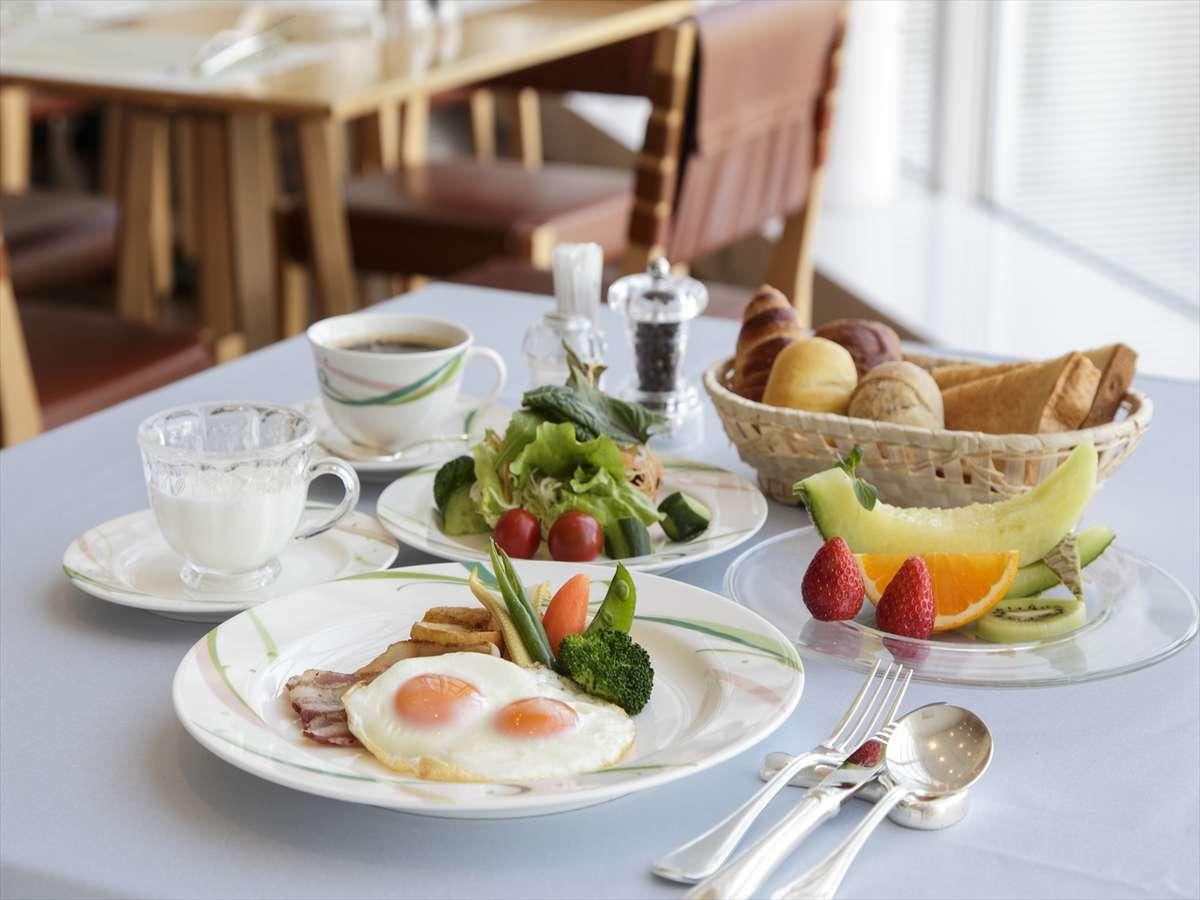 朝食は、フルーツや野菜も取ってバランスよく♪