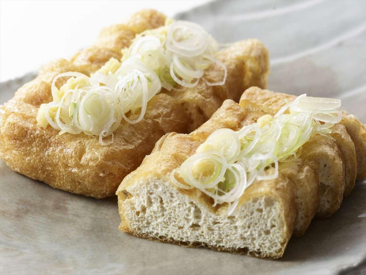 朝食の一品【栃尾の油揚げ】大きく厚さもありふっくら。生姜と一緒にお召し上がりください。